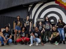 PJ, da banda Jota Quest posa ao lado de modelos usando as camisetas da Paranoid Music Store