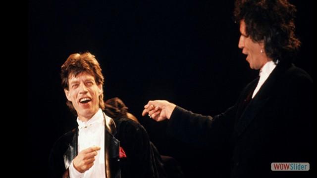 Mick e Keith fizeram as pazes, durante a cerimônia de nomeação dos Stones no Rock n' Roll Hall of Fame, em 1989