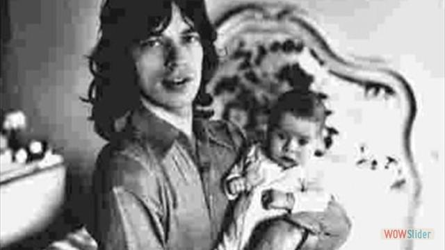 Em 1970, com a filha Karis nos braços. A primeira filha de Jagger, com a atriz Marsha Hunt